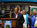 Starosta Hirošimy Akiba pronáší projev na zahájení velkého pochodu New Yorkem